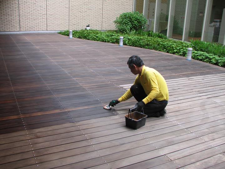 福山市内病院 中庭ウッドデッキ塗装